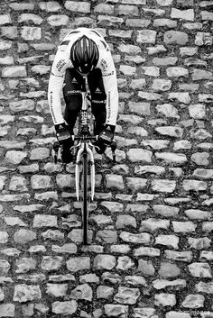 Paris - Roubaix: A death pavé road. Cycling Art, Road Cycling, Cycling Bikes, Road Bikes, Paris Roubaix, Cycling Motivation, Training Motivation, Pedal, Bike Photo