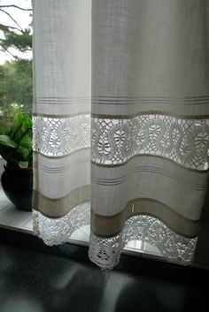 Spitzeneinsatz aus der Naehe When considering to master bedroom decor ideas, certain things get heart Diy Curtains, Curtains With Blinds, Kitchen Curtains, Cortinas Country, Rideaux Shabby Chic, Country Style Curtains, Curtain Designs, Window Coverings, Stores