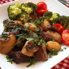 Hemels rundvlees Healthy Slow Cooker, Slow Cooker Recipes, One Pan Meals, Easy Meals, Sriracha Chicken, Multicooker, Pot Roast, Food And Drink, Beef