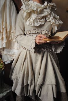 Mlle Célestine : ma tunique beige à volants surpiquée d'écru...