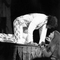 Besos para sus fans. Elvis Presley