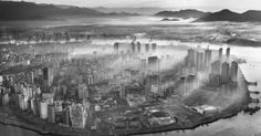 Vista aérea de Santos envolta em névoa. Linda foto do Araquém Alcântara em http://www.jornaldafotografia.com.br/noticias/araquem-alcantara-lanca-santos-amanha-na-livraria-cultura-conjunto-nacional/