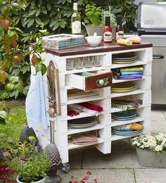 BBQ-Station aus Paletten  TAKE DRAWERS FROM OLD DRESSER AND DO THIS