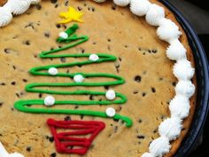 Christmas cookie gift? Cookie Cake Designs, Cookie Cake Decorations, Christmas Cake Decorations, Christmas Sweets, Holiday Cakes, Cookie Ideas, Holiday Desserts, Christmas Baking, Giant Cookie Cake
