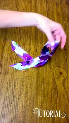 How to tie your silk bracelet – Hair Accessories Diy 2020 Scarf Jewelry, Textile Jewelry, Fabric Jewelry, Diy Jewelry, Handmade Jewelry, Jewelry Making, Diy Hair Scrunchies, Outfit Stile, Fabric Bracelets
