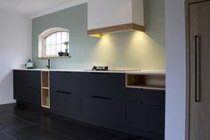 Mat zwarte keuken met houten accenten gemaakt van Arpa Fenix ntm door Robert Tediek