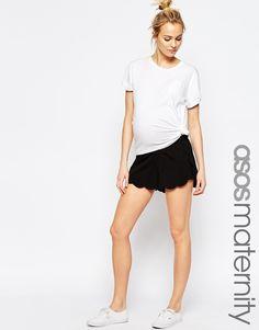 Imagen 1 de Pantalones cortos con el bajo festoneado de ASOS Maternity