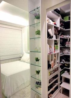 Small Closets are desired by several people, in a decoration, be it home, apartment or work environment, the most difficult is to find space to store the most Ikea Closet, Master Closet, Closet Bedroom, Walk In Closet, Closet Space, Closet Storage, Closet Organization, Bedroom Decor, Closets Pequenos