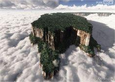 Monte Roraima, Brasil e Venezuela. Bem pertinho da gente, essas rochas conseguem ficar acima das nuvens! Maravilhoso!