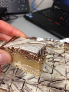 Billionaire Bars - seriously one of the best desserts I've made! And I bet you have all the ingredients in your pantry Dessert Yummy Treats, Sweet Treats, Yummy Food, Cupcakes, Cupcake Cakes, Fun Desserts, Dessert Recipes, Bar Recipes, Gastronomia