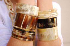 Bracelet semainier en corne de couleur Foncé. L'histoire raconte les 7 bracelets représentent les jours de la semaine. Portez le premier le lundi, puis ajoutez un bracelet chaque jour de la semaine.  Poids de l'ensemble: 15 gr Largeur du bracelet 5 mm  Tailles disponibles: Pour poignet moyen: 7 cm de diamètre intérieur  Les 7 bracelets sont indépendants les uns des autres.  La corne est une matière naturelle et durable. Elle est unique par ses couleurs riches et diverses. L'utilisatio...