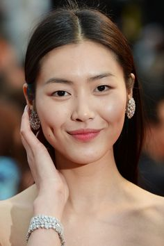 Liu Wen Photos - Liu Wen attends the 'All Is Lost' Premiere during the Annual Cannes Film Festival at Palais des Festivals on May 2013 in Cannes, France. - 'All Is Lost' Premieres in Cannes Asian Eye Makeup, Hair Makeup, Glow Makeup, Liu Wen, Fashion Model Poses, Palais Des Festivals, Asian Eyes, Siwon, Make Up
