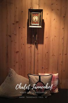 Unser kleines Hideaway in der Tiroler Zugspitzarena vereint harmonisch Tradition, wahren Luxus und modern interpretierte alpine Architektur. #chalettannenhof #chalet #urlaub #hideaway #wandern #hüttenflair #hütte #familienurlaub #hotel #lermoos #tirol #österreich Throw Pillows, Bed, Chalets, Zugspitze, Family Vacations, Hiking, Luxury, Architecture, Toss Pillows