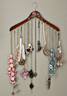 make clothes hanger into necklace hanger - Schmuck Selber Machen Diy Jewelry Holder, Jewelry Tray, Jewelry Armoire, Jewellery Storage, Jewellery Display, Jewelry Pouches, Jewelry Cabinet, Porta Colares Ideas, Necklace Hanger