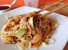 Noodles con pollo e verdure. Un primo piatto dal sapore orientale, facile, veloce e gustoso. Ideale anche come piatto unico grazie alla carne.