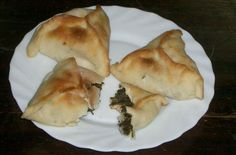 Fatayers aux epinards - Cuisine libanaise par Sahten. Perso, j'utilise une pâte brisée à la margarine (pour veganiser la recette), des pignons (très bonne source de fer), et je remplace le jus de citron par du vinaigre balasamique (en quantité généreuse)