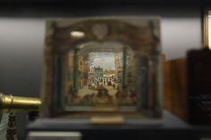 Il diorama teatrale era un modellino di carta colorata o ritagliata composto da un boccascena, cinque o sei elementi traforati e uno o due fondali intercambiabili inseriti in appositi visori, di forma verticale o orizzontale, che oltre a creare un effetto tridimensionale, era espressione di  una ricchissima cultura figurativa, pittorica e scenografica.