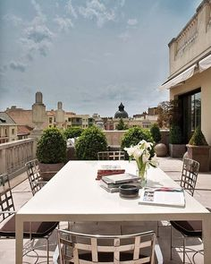 gorgeous urban terrace in Madrid from Nuevo Estilo terraza urbana madrid Outdoor Areas, Outdoor Seating, Madrid, Appartement Design, Outdoor Living Rooms, Pergola With Roof, Diy Pergola, Rooftop Terrace, Rooftop Brunch