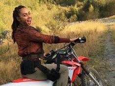 Raven on a dirt bike BTS Raven The 100, The 100 Luna, The 100 Cast, The 100 Show, It Cast, Lindsay Morgan, Lexa E Clarke, The 100 Characters, Bae