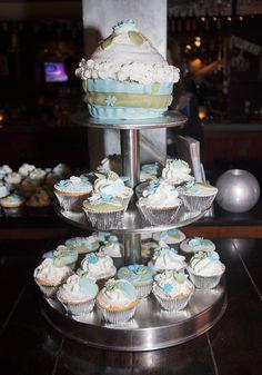 Je kunt ook kiezen voor niet veel voorkomende kleuren; groen & blauw #bruidstaart #weddingcake Desserts, Food, Tailgate Desserts, Deserts, Essen, Postres, Meals, Dessert, Yemek