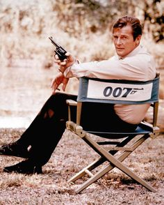 Roger Moore , James bond 007, vient de mourir à 82 ans -