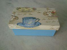 Caixa para chá com duas divisórias , detalhe de xícaras . www.elo7.com.br/esterartes