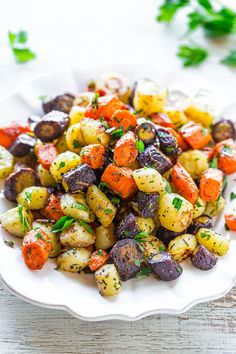 Herb-Roasted+Tri-Colored+Carrots+-+Lightly+caramelized+around+the+edges,+crisp-tender+in+the+center,+and+seasoned+with+rosemary,+thyme,+and+parsley!!+A+trusty+side+that+you'll+make+again+and+again+for+holidays+or+easy+weeknight+dinners!!
