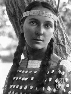 Sioux Woman, C1907 Reproduction photographique by Edward S. Curtis at Art.com
