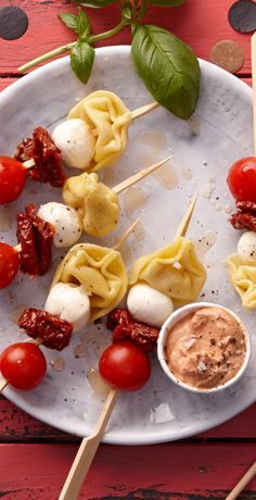Tortellini skewers are a real eye-catcher for the party buffet. How to make tortellini skewers with tomato sauce? All you need for the skewers are tortellini, dried tomatoes . Brunch Recipes, Appetizer Recipes, Snack Recipes, Italian Appetizers, Party Finger Foods, Snacks Für Party, Party Buffet, Tortellini Skewers, Sauce Tomate