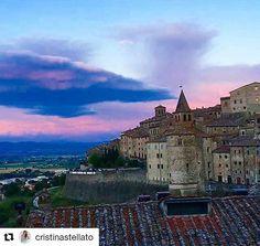 #ViaggiatoridelGusto Il cielo della Toscana, un bicchiere di vino rosso ed un brindisi a noi. 👸🏽🥂🤴🏽 #ANGHIARI Grazie a @cristinastellato#LaNostraPrimaCandelina #UnAnnoDiNoi #Tuscany...