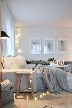 Schönen Abend | SoLebIch.de Foto: lepetitcoussin #solebich #einrichtung #wohnen #wohnideen #inspiration #interior #interiorideas #ideen #dekoration #deko #cozy #cozyhome #hygge #wohnzimmer #decke #kissen #weiß #skandi #scandi #scandistyle