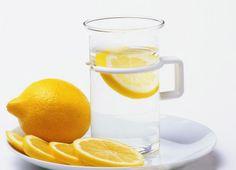 柠檬,补充维C维持酸碱平衡抗痘祛痘,改善骨质疏松,防止动脉硬化,可健脑。柠檬泡水,有明显淡化痘疤抗痘功效,请用温水冲泡,否则损坏维C。可加入柠檬,先倒凉水,再到热水,轻轻搅拌混合。青柠多些苦味柠檬多些酸味,一个人喜好而选。选购柠檬时,不必特意去挑选个头的大小。果皮有光泽,颜色鲜艳无黑斑,果实饱满,只要满足这三点,就是一颗很好的柠檬。整颗的柠檬在冰箱中可以保存4周左右。但如果已经切开,就要用保鲜膜包裹起来,可以保存一周左右,但还是尽快使用完为好。有的柠檬偏苦,泡水口感不是很好。挤压完、用剩的柠檬不要扔掉,用来擦手可以软化手部皮肤,用来擦拭案板和刀具可以起到去除异味的作用。在洗澡时,将废柠檬皮扔进浴缸内浸泡,不但可以消除疲劳,还可以美白滋润皮肤。但富含维C,不宜白天使用易被氧化。