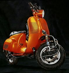 Custom vespa, I don't usually like without a front wheel mud guard but this looks great!