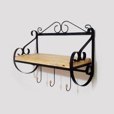 Prateleira em ferro com madeira e ganchos.    Medidas: 55 cm X 42 cm