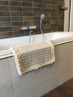 Kijk wat ik gevonden heb op Freubelweb.nl: een gratis haakpatroon van MadebYvon om deze mooie badmat te maken https://www.freubelweb.nl/freubel-zelf/gratis-haakpatroon-badmat/