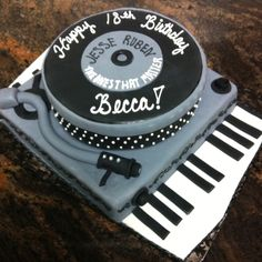 Record player cake with key board from www.Kriebelscustomcakes.com