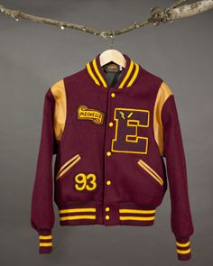 Fantastica giacca Letterman Varsity bordeaux e gialla con toppe favolose Fantastica giacca Letterman Varsity bordeau… in 2020 Custom Letterman Jacket, Varsity Jacket Outfit, Varsity Letterman Jackets, Mens Outdoor Jackets, Hype Clothing, Sports Hoodies, Sports Jacket, Well Dressed Men, Mode Style