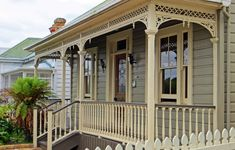 sconzani: Auckland architecture: the classic Kiwi villa Exterior Color Schemes, Exterior Paint Colors, Exterior House Colors, Paint Colours, Queenslander House, Weatherboard House, New Zealand Country, Country Home Exteriors, Victorian Cottage