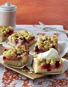 Birnen-Preiselbeer-Kuchen mit Haselnuss-Streuseln