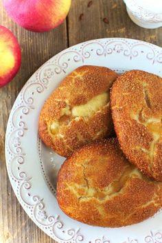 Zobacz zdjęcie Drożdżówki z Jabłkami  Składniki na ciasto (na ok 8-10 drożdżówek z jabłkami): 200ml mleka 40g świeżych drożdży 150g cukru 500g mąki pszennej 90g miękkiego masła 1 jajko Mleko podgrzej aż będzie letnie. Dodaj do niego rozdrobnione drożdże oraz cukier i pozostaw na 5 minut w spokoju. Po upływie tego czasu dodaj mleko wymieszane z drożdżami i cukrem do mąki, masła i jajka. Wyrób elastyczne i jednolite ciasto i pozostaw w cieple do podwojenia objętości na ok 30-50 minut…