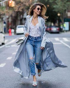 Así es el perfecto look de entretiempo: top lencero, ripped jeans y mules en azul bebé. #streetstyle #nyfw #fashion
