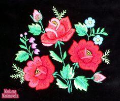 Oryginalne folklorystyczne torebki damskie, przepięknie haftowane po łowicku. Ręcznie wykonany haft Marianny Madanowskiej na torebkach zobaczysz tylko tutaj.