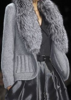 Knitted gray jacket with fur collar - Bill Blass at New York Fall 2008 (Details)beautiful sweater, wanna get it .this is what i love wearing tak GodVery nice classy sweater coatNo real fur pls, but love the look Knit Fashion, Grey Fashion, Look Fashion, Urban Fashion, Winter Fashion, Fashion Outfits, Womens Fashion, Knitwear Fashion, Fashion Couple