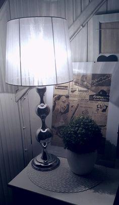 Taulu remontin aikana talon alta  löytyneistä vanhojen sanomalehtien mainoksista..