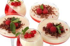 Tus gelatinas no volverán a verse igual. Nos encantó la idea de mezclarlas en diferentes dimensiones y decorarlas con fruta y trocitos de las Barras de repostería Hershey's® chocolate amargo.