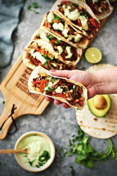Tacos-de-Frango-com-Molho-de-Abacate-e-Lima---DeBORLA-05 Mexican Food Recipes, Healthy Recipes, Ethnic Recipes, Tacos Mexicanos, Tex Mex, I Love Food, Food Inspiration, Food Photography, Sandwiches