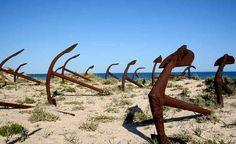 Cemitério de âncoras na Praia do Barril