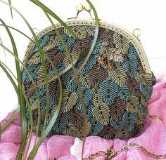 В этой публикации я хочу показать вам интересные и стильные сумки в технике макраме. В основном, такие сумки мы привыкли видеть в молодежном 'хипповском' стиле. Но за последние годы появилось много плетеных аксессуаров, которые прекрасно подойдут и к летним повседневным нарядам и даже к деловой одежде. Надеюсь, эта подборка придется вам по вкусу, и эти прекрасные сумочки не оставят вас равнодушными!