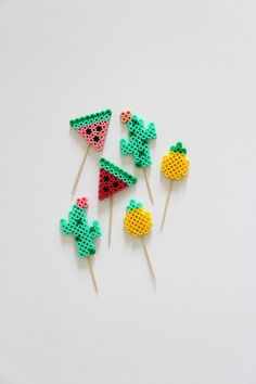 Diy Hair 94899 DIY: a Hama pearl kit for a tropical aperitif - I'm varnished Perler Bead Designs, Easy Perler Bead Patterns, Melty Bead Patterns, Perler Bead Templates, Hama Beads Design, Beading Patterns, Perler Bead Disney, Diy Perler Beads, Perler Bead Art