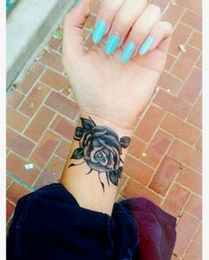 Amazing-Black-Rose-Tattoo-On-Girl-Wrist.png (350×437)